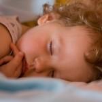 Почему ребенок потеет, причины потливости у маленьких детей