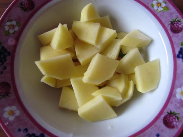 нарезаем картофель для борща
