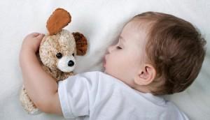 Почему ребенок потеет во сне. Что делать в таких случаях